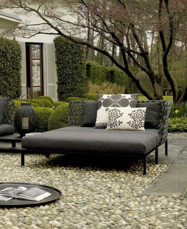 gartengestaltung gartenmöbel flusssteine graues sofa kissen gartenideen