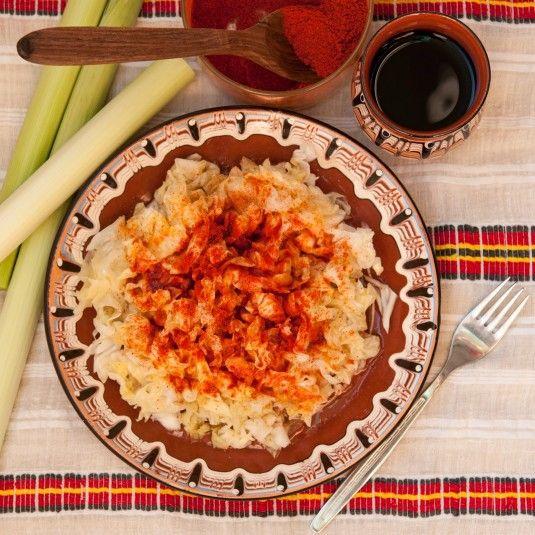 Рецептата за салата от кисело зеле е толкова лесна и толкова позната, че трудно може да бъде наречена рецепта. През зимата, когато няма вкусни пресни зеленчуци, киселото зеле е една от най-добрите идеи за салата. Салатата от кисело зеле е изключително подходяща за трапезата на Бъдни вечер