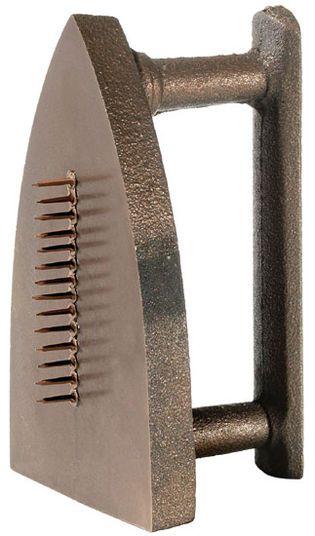 Man Ray http://www.kunsthaus-artes.de/de/788901/Skulptur-Cadeau-1974-Bronze/788901.html#q=Ray&start=12