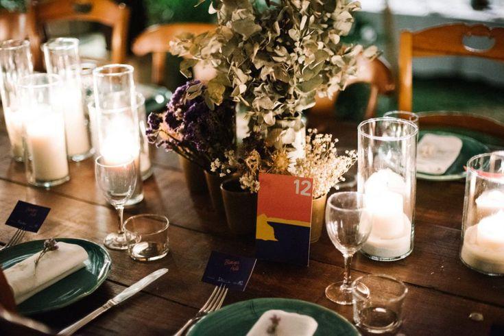 inspiration table des mariées, assiettes en céramique vertes, bouquets de fleurs séchées, serviettes brodée personnalisée , chemin lumineux en bougies, table en bois sans nappe, menu sérigraphié personnalisée