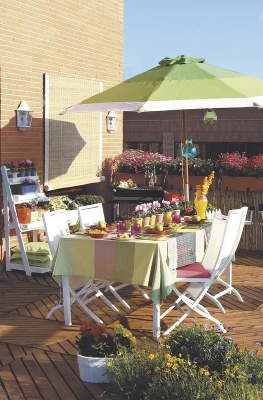 Un #comedor en la terraza con #sombilla