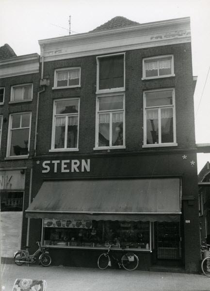 Slagerij Stern op de hoek van de Diezerstraat met de Hagelstraat in Zwolle, waar nu Bakkerij Bart zit, 1970. Afbeelding: Beeldbank HCO, fotograaf: J.P. de Koning.
