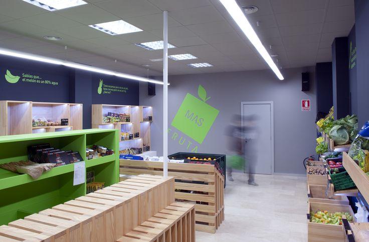 Más Fruta / equipoeme estudio #diseño #imagen #tienda #frutería #expositor #mostrador #madera #interiorismo #planbestudio