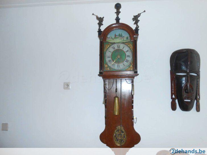 antieke friese staartklok met prachtige beschildering en antieke houten poppen klok loopt en slaat prims 1 daags uurwerk ik woon in nederland plaats...