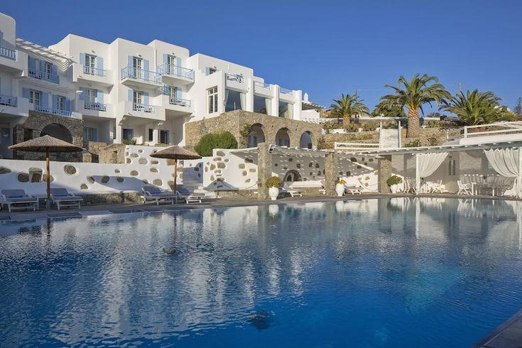 Manoula's Beach Mykonos Resort || Just 10 metres from Agios Ioannis Beach in Mykonos, the 4-star, Cycladic-style Manoula's Mykonos Beach Resort offers a pool and a seafront restaurant. It features accommodation with air conditioning.