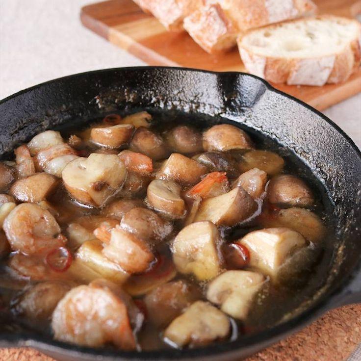 「マッシュルームとえびのアヒージョ」の作り方を簡単で分かりやすい料理動画で紹介しています。ブラウンマッシュルームとエビのアヒージョを作ってみました。アンチョビソースを入れることで、簡単に味が決まります。 お好みでフランスパンにつけて食べてください。 お酒のおつまみなどにもぴったりなので、ぜひ作ってみてください。