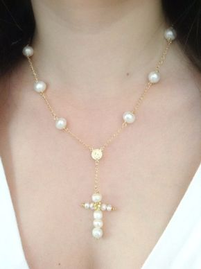1217086a96e1 Pearl Crucifix Necklace Delicado Rosario de perlas cultivadas de 8 mm  entorchado en hilo de gold filled y crucifijo de perlas