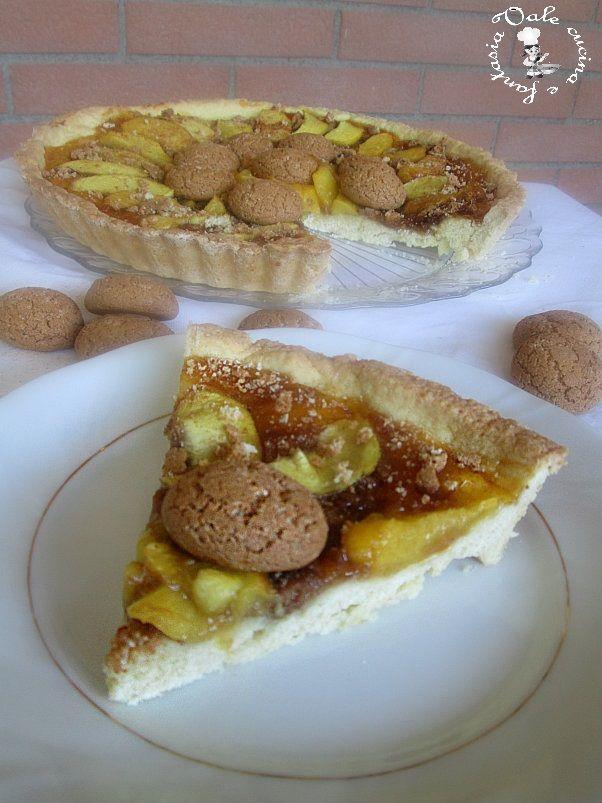 Crostata con pasta frolla alle mandorle, pesche e amaretti