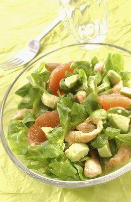 Salade de poulet à l'avocat et au pamplemousse - Salades fraiches d'été: idées de salades fraicheur originales - Préparation : 20 min Cuisson : 10 min Ingrédients (pour 4 personnes) - 500 g de filets de poulet - 2 beaux avocats - 2 pamplemousses roses - 200 g de mâche - le jus...