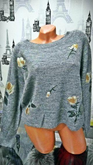 Bluza gri accesorizata cu motive florale Compozitie: 65% acrylic, 35% lana Marimi: universala