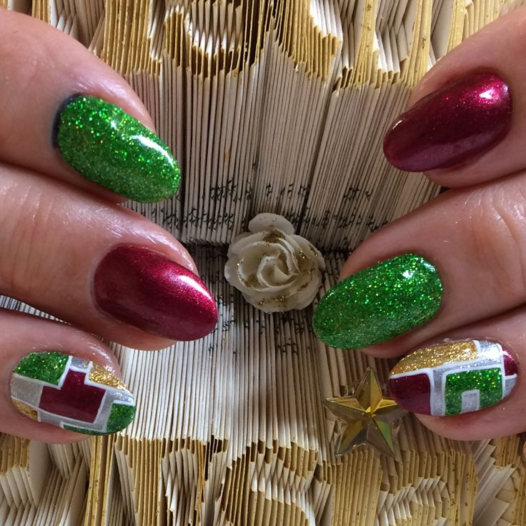 What about these beautiful #naturalnails using Hand & Nail Harmony #littlemissnutcracker from NailHarmonyUK/Gelish to create a colourful #christmasnail design