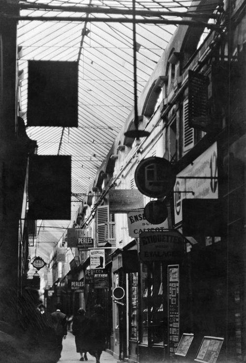 Germaine Krull, Passage du Caire, Paris, um 1926, Walter Benjamin Archiv, Akademie der Künste, Berlin © Nachlass Germaine Krull, Museum Folkwang, Essen