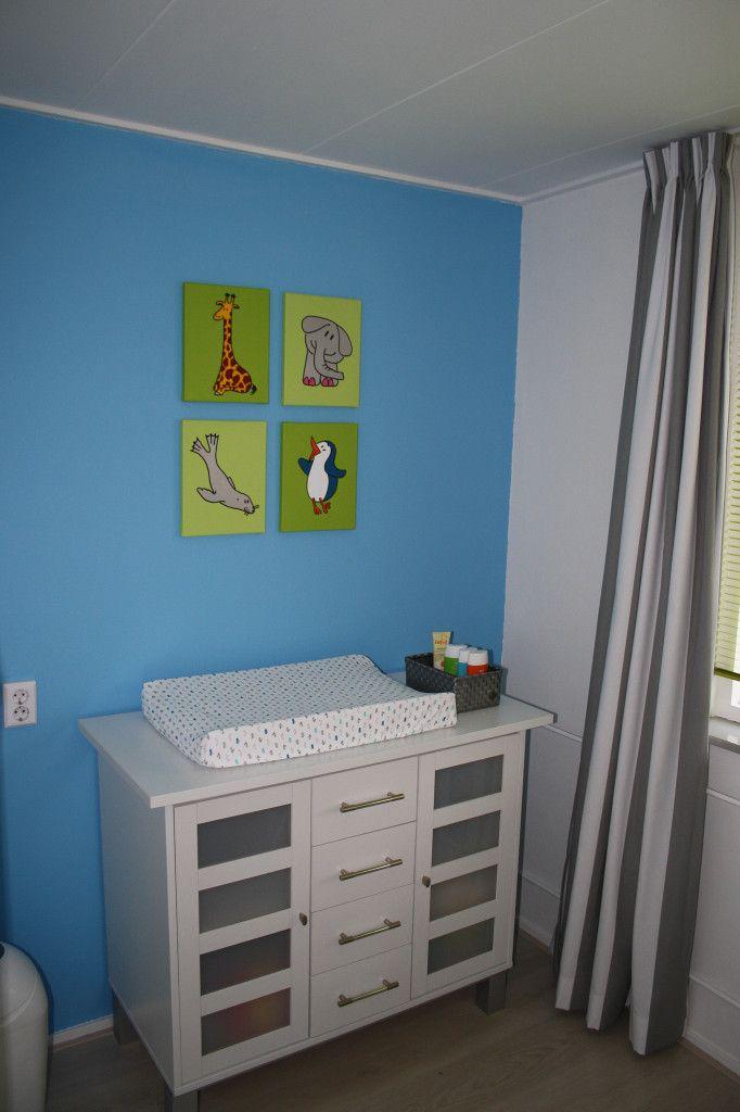 Babykamer in blauw. Een kleurige serie werkt niet alleen goed op een witte wand. Hier giraf, olifant, zeehond en pinguin op limegroen. Ook prachtig op een blauwe wand.