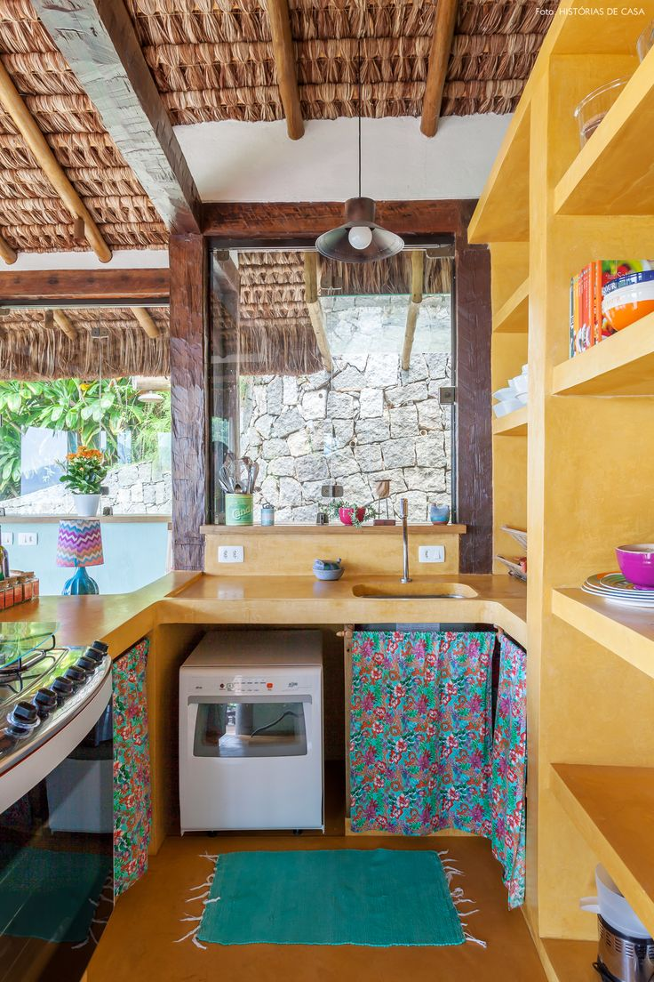 Essa casa colorida, integrada à natureza e com vista para o mar é a concretização do sonho da designer Marilia Calareso e do designer Mairum Leal.