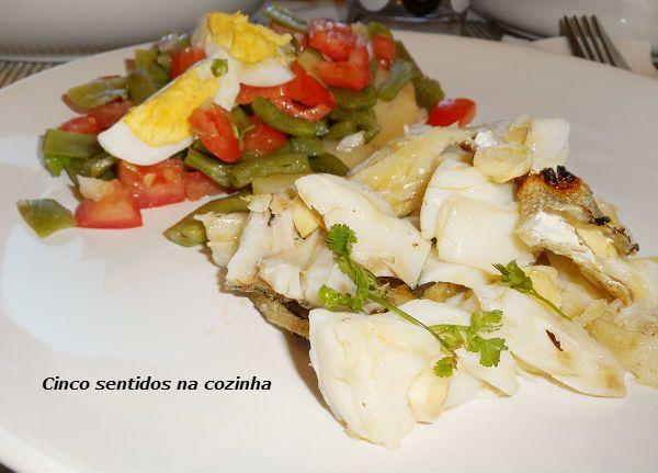 Cinco sentidos na cozinha: Bacalhau assado na brasa com salada de batata, tom...