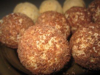 Творожные шоколадные шарики Очень вкусное и полезное лакомство для детей. Ингредиенты: творог100 гр. шоколад20 гр. сметана1 ст. л. сахарная пудра2 ст. л. какао2 ст. л. ванильный сахар1 ч. л. цукаты1/2 ч. л.