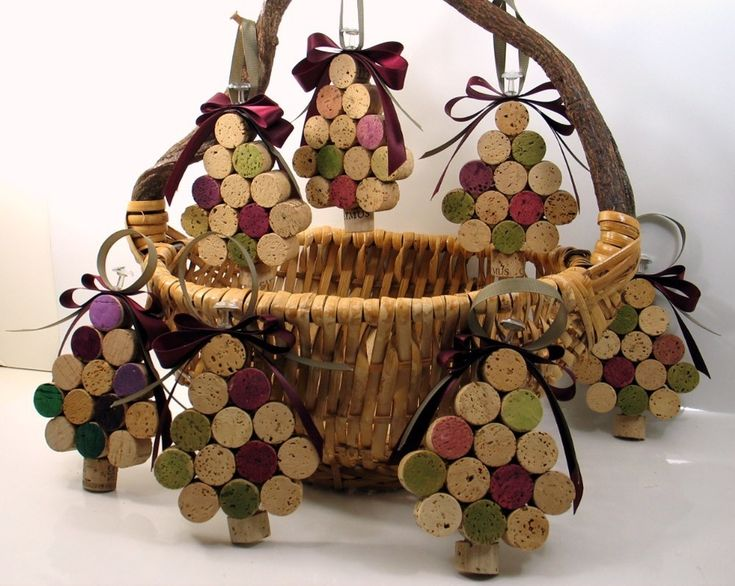 Креативные елочки и новогодние игрушки из винных пробок