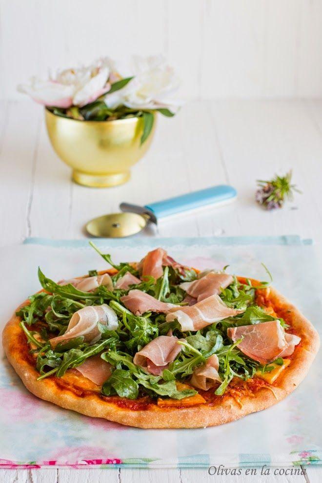 Una pizza deliciosa con una base fina y crujientes bordes. En el blog podéis ver el vídeo de Ibán Yarza donde nos explica todos los trucos para conseguir un resultado estupendo.