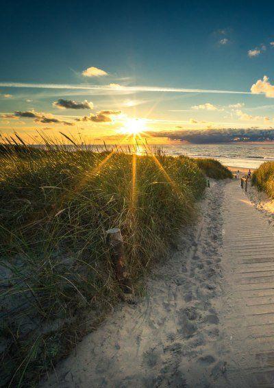 Blick von einer Düne in die untergehende Sonne am Strand von Langeoog, © Tourismus-Service Langeoog/ Andreas Falk