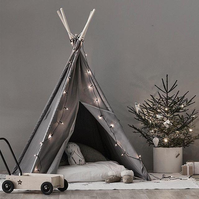 • ➄ • Make a cosy place for your ♡ with our lovely tipi tent. #tent #tipi #kidsroom #kidsstyling #kidsinterior #kidsinspo #kids #barn #barnrum #barnrumsinredning #barnrumsinspiration #barnrumsinspo #leksaker #toys #christmasgift #julklapp #tält
