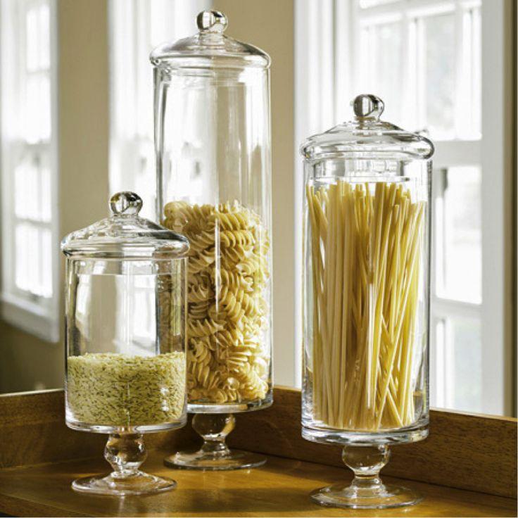 Verschillende soorten pasta in glazen potten op het aanrecht.