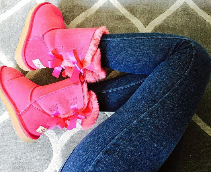 El tip para hoy es optar por unas suaves y cómodas botas planas. Así aparte de que estarás súper calentita para este frío de otoño, apostarás por colores diferentes, como el fucsia y sabiéndolo combinar con colores neutros podrás darle estilo a tu look. ¡Feliz viernes!