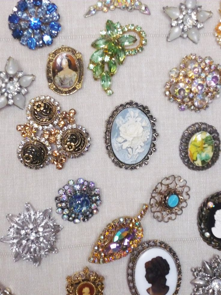 Curious about how to make a brooch bouquet for your wedding day? With our easy to follow step by step guide, you will achieve a gorgeous piece of art, perfect for a glamorous event.