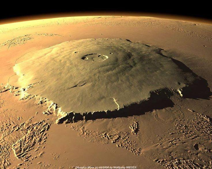 Localizado em Marte, o Monte Olimpo é o maior vulcão do sistema solar, com 27 quilómetros de altura. Ele é três vezes mais alto que o Monte Everest.