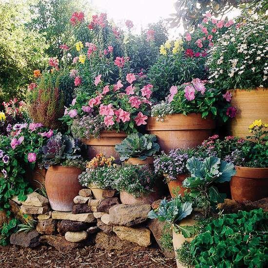 jardin sur une pente fleurs en pot couleur vive et sympa