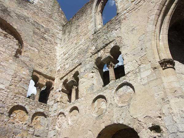 L'Abbaye de Jumièges, vieille de près de 14 siècles, a traversé bien des épreuves au cours de sa longue existence. Pillée par les Vikings, dévastée au 15° par les Anglais, minée au 19° par un marchand de bois, elle a tout de même conservé fière allure et constitue l'un des fleurons du patrimoine architectural normand.