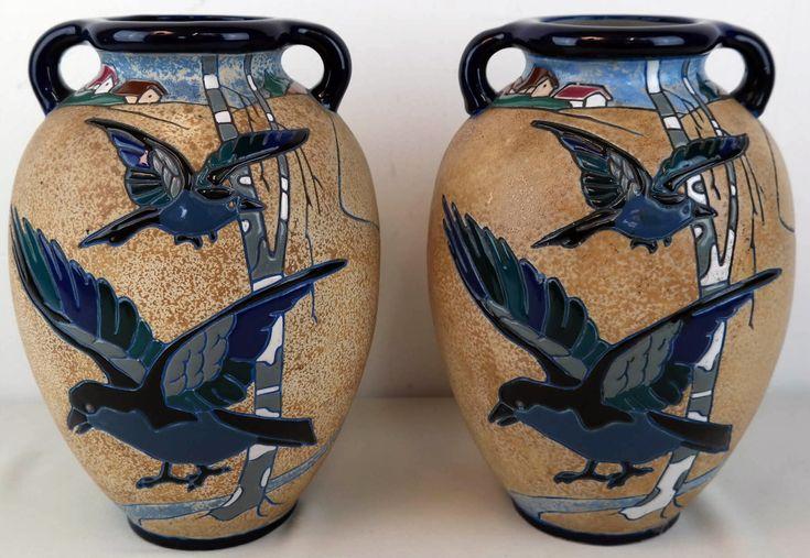 Twee Art Deco vazen Amphora Werke Riessner     Amphora Werke Reissner is een van de vele bedrijven in de regio Turn-Teplitz in Bohemen. Het bedrijf is in 1912 voortgekomen uit de firma Reissner, Stellmacher & Kessel, die in 1892 werd opgericht. In 1945 werd het genationaliseerd door de Tsjechoslowaakse regering.     Periode 1912-1945. Hoogte ca 27 cm