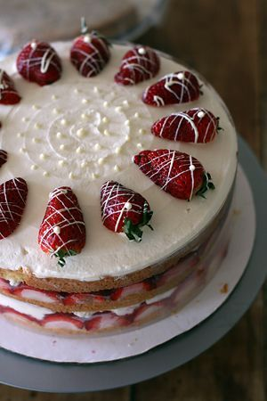 Ricette Pasqua: torta facile con fragole e panna