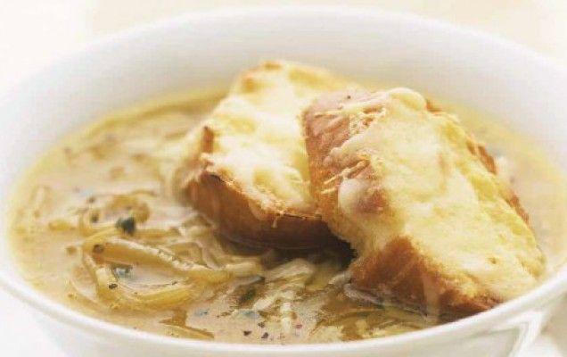 Συνταγή για κρεμμυδόσουπα με ψημένες φέτες ψωμιού και λιωμένο τυρί.