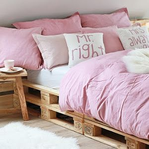 die 25 besten ideen zu bett aus paletten auf pinterest bettgestelle palettenbett und bett. Black Bedroom Furniture Sets. Home Design Ideas