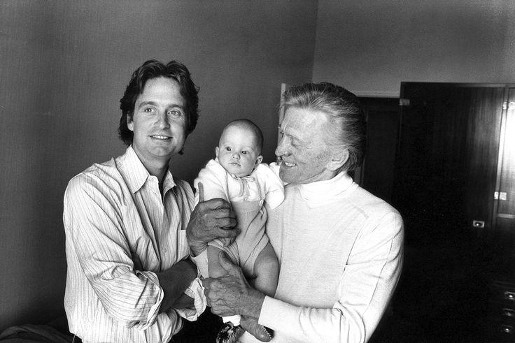 1979. au festival de Cannes ,Kirk Douglas un papy heureux de tenir dans ses bras son petit-fils Cameron Douglas , fils de Michael Douglas . Photo : Michou Simon/Paris-Match.