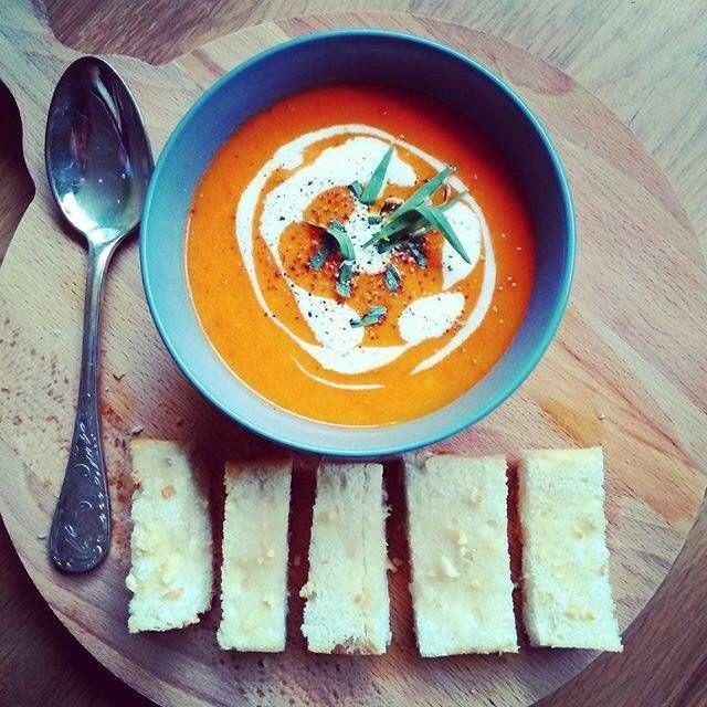 Tomaat-paprikasoep met parelcouscous en knoflook-soepstengels