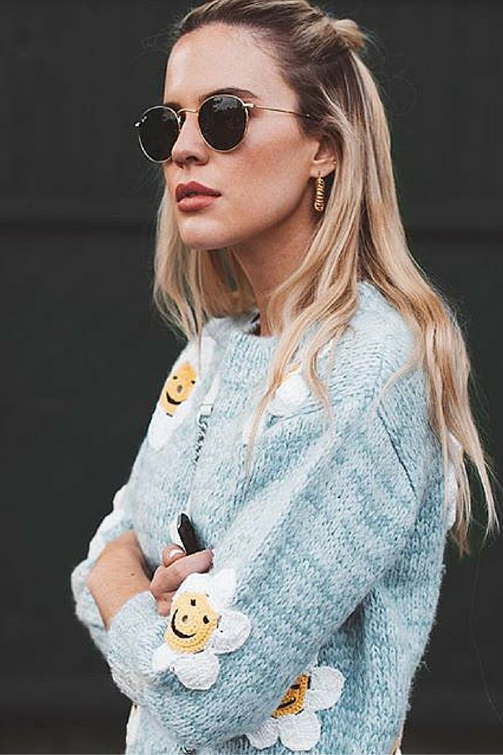 Woman fall fashion || Sweater with smiling flowers & Ray-ban Round RB3447 #Sunglasses. Pic: @substance_blog.