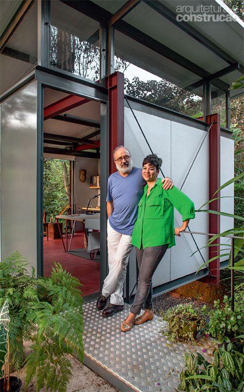 Home office de 20 m2 é feito com estrutura metálica e steel frame - Casa