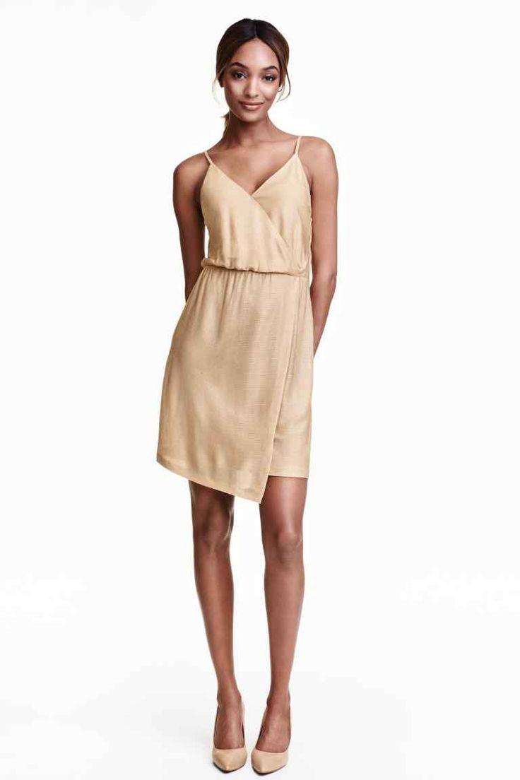 Trblietavé zavinovacie šaty: Krátke šaty zo vzorovaného džerseja sprímesou trblietavých vláken. Šaty majú tenké ramienka, všité zavinutie vpredu aelastický šev vpáse. Podšitý živôtik.