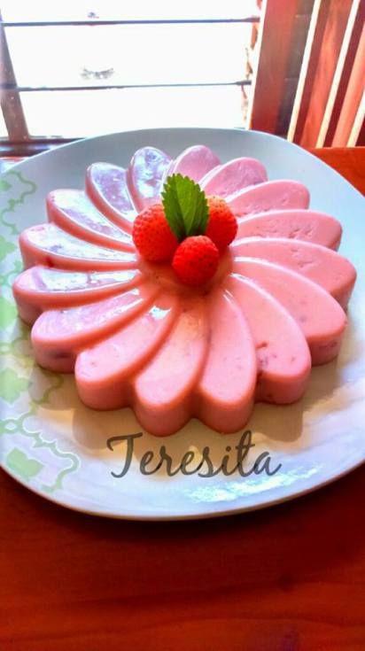 Gelatina de yogur de fresa y mermelada Por Teresita E De Los Monteros Ingredientes: 3 tazas o 750 ml de yogur de fresa 3 sobres o 3 cucharadas de grenetina 1/2 taza de mermelada de fresa 5 cucharad…