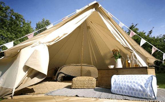 Acampar é sempre um programa divertido! Contato com a natureza para fugir da rotina. Mas nem todos estão dispostos a deixar algumas mordomias de lado… Que tal trocar os sacos de dormir por uma cama enorme com lençóis egípcios, mas mesmo assim em uma linda e exótica tenda? Essa é a ideia do acampamento …