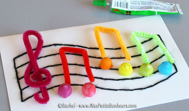 Bricolage musique pour enfants: notes arc-en-ciel sur partition brodée (Mes Petits Bonheurs)