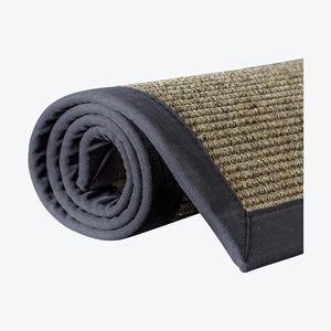 Sisal teppe med kant, er teppet som gir ett naturlig og stramt uttrykk som passser godt inn i de fleste miljøer. Sisal er et naturfiber som hentes fra bladene til sisal planter. Naturfiber er antistatiske og trekker derfor ikke til seg støv.