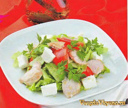Салат из копченой курицы с листьями салата и виноградом