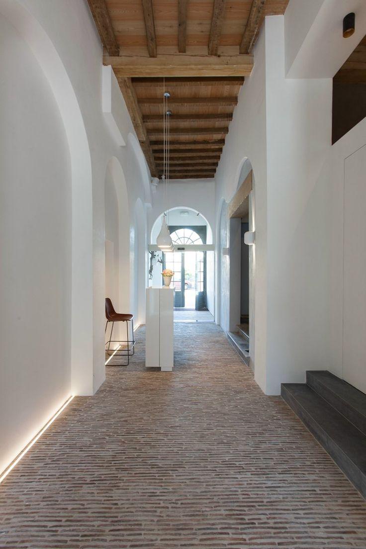 Voorbeeld van een goed gelukt contrast: strak wit gestucte wanden met zo'n vloer. De lichtlijn accentueert dit nog eens ♡ MD ++