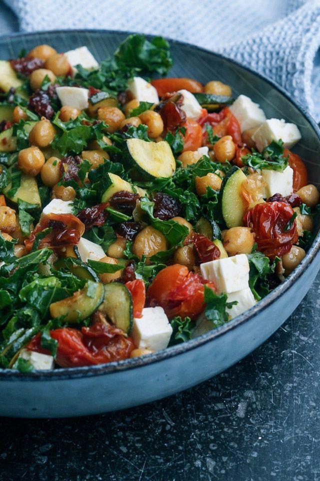 Grønkålsalat med kikærter og bagte tomater. Aftensmad, salat, tilbehør, vegetar, vegetarisk, grønkål, vinter, tomat