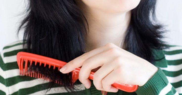 ¿Cómo ayuda el aceite de oliva en la perdida del cabello?. Algunos patrones de calvicie son genéticos y los tratamientos externos no los afectarán. Sin embargo, no deberías resignarte y aceptar la perdida del cabello. Los factores ambientales, como el champú y el acondicionador que usas, pueden ser pertinentes en cuanto a mantener o perder el mismo. Los champús y acondicionadores más comunes, así como ...