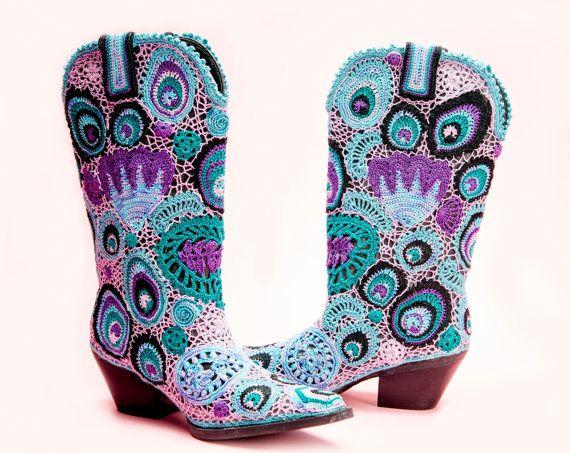 PEACOCK EN PAISLEY COWGIRL LAARZEN  Schaduwen van lavendel te diep paars van licht turquoise diep groenblauw deze western laarzen zijn zeker een stap hierboven. Ontwerper Laura Berrys inspiratie van het combineren van twee van haar favoriete dingen samen in een unieke manier. Elk paar Cowboy laarzen is een kunstwerk. Het detail in het ontwerp van elke schoen staat voor de kwaliteit van een meester ambachtsman.  De boot is gemaakt van door de mens veroorzaakte materiaal. Vezel kunst is 100%…