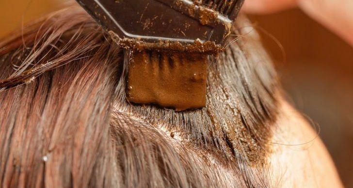 Le vieillissement prématuré des cheveux est souvent causé par le stress, la sinusite, la prédisposition génétique, la mauvaise nutrition, les fluctuations