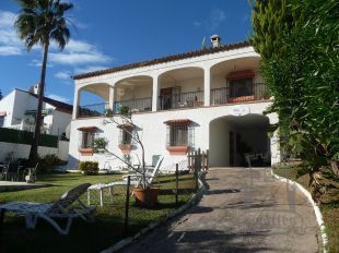 Large 4 bedroomed detached villa situated in a mature garden with private swimming pool located on the coast between Estepona and Sabinillas. Ref 1159.